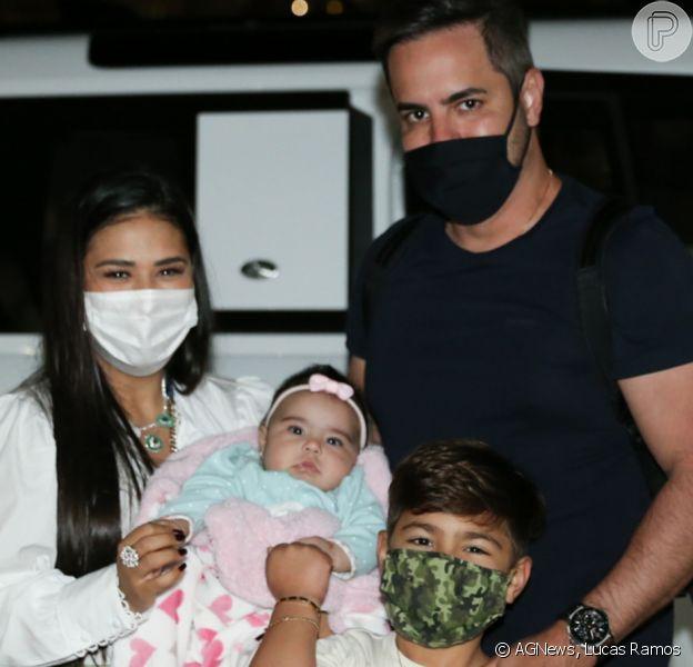 Simone, dupla de Simaria, deu colo para a filha, Zaya, ao reunir marido, Kaká Diniz, e o filho, Henry, em foto após desembarque em São Paulo
