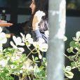 Sophia Raia conversa com o namorado, Felipe Lati, durante almoço