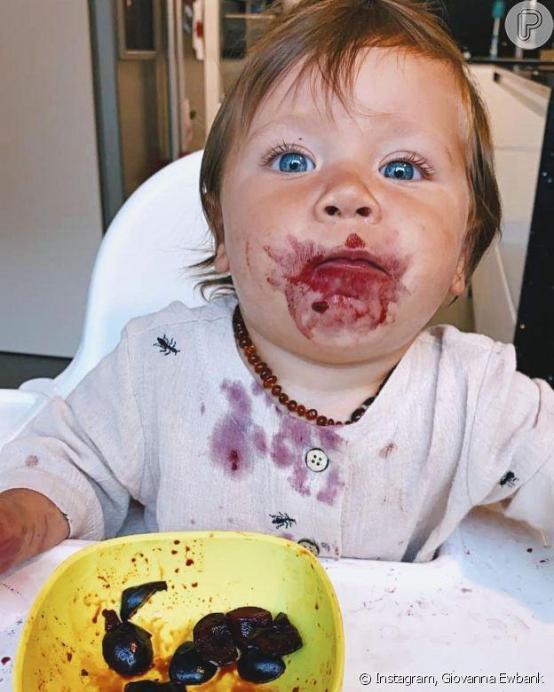 Zyan, filho mais novo de Giovanna Ewbank e Bruno Gagliasso, faz 1 ano e agita web com rosto sujo de cereja