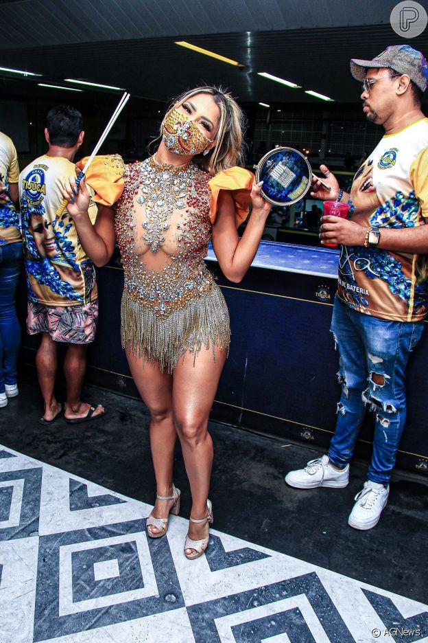 Lexa combina look de 7 mil cristais com máscara em evento da escola de samba Unidos da Tijuca