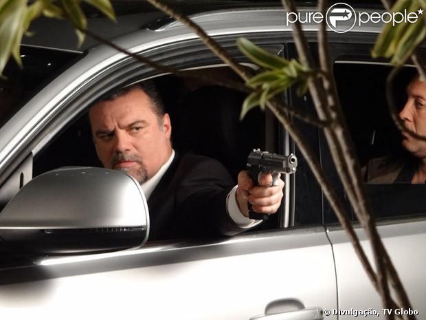 A mando de Lívia (Claudia Raia), Russo (Adriano Garib) dá um tiro em Helô (Giovanna Antonelli), em 'Salve Jorge', em 19 de março de 2013