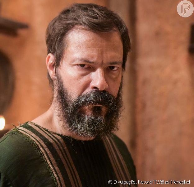 Novela 'Gênesis': Jacó (Miguel Coelho/Petrônio Gontijo) escapa de ser morto por Labão (Heitor Martinez) após o sogro/tio ouvir a voz de Deus (Flávio Galvão)
