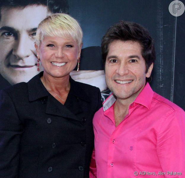 Xuxa posa com Daniel no camarim do cantor