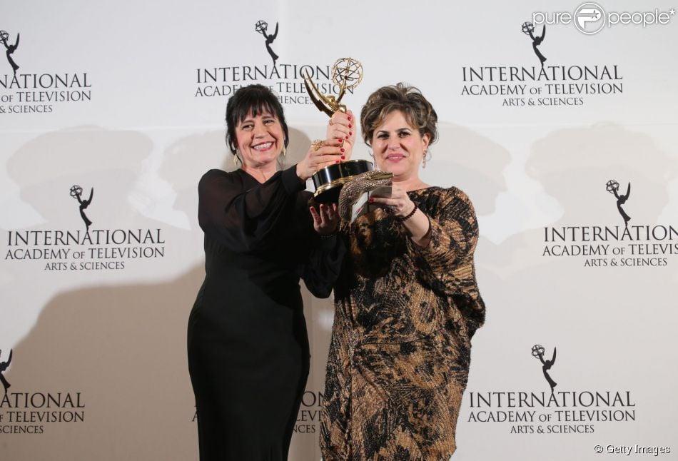 Thelma Guedes e Duca Rachid recebem Emmy Internacional de Melhor Novela por 'Joia Rara', em 24 de novembro de 2014