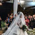 Vestido de noiva de Viviane Araujo reuniu gola alta e renda