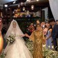 Viviane Araujo usou vestido com 40 mil cristais em seu casamento com o empresário Guilherme Militão e entrou de mãos dadas com a mãe