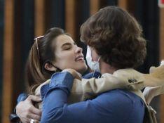 Giulia Be e Romulo Neto revelam destino de férias após se beijarem em aeroporto. Vídeo!