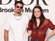 Acompanhada por Enzo Celulari, Sophia Raia usa vestido com transparência em exposição da Dior