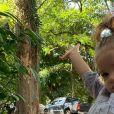 Maria, filha de Laura Neiva e Chay Suede, de 1 ano e 8 meses, ainda não entende que vai ter um irmão