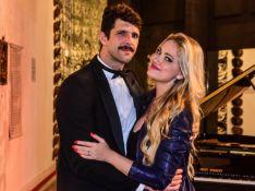 Ellen Rocche confere peça do namorado, Guilherme Chelucci, e faz fotos com ator