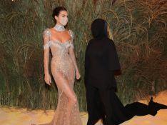 Kim Kardashian no MET Gala choca web e vira meme por look preto cobrindo rosto: 'Encosto'