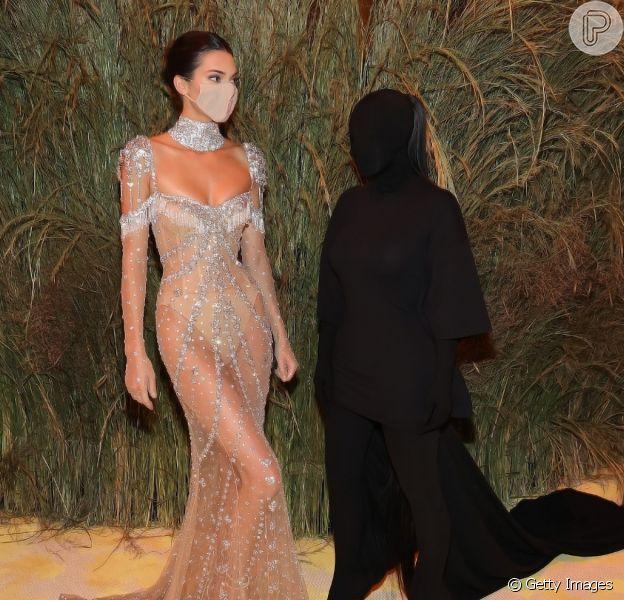 Kim Kardashian virou meme ao ser posar ao lado da irmã Kendall Jenner no MET Gala: 'Eu e o demônio da paralisia do sono'