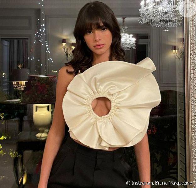 Bruna Marquezine escolheu look ousado para jantar em Paris, na França