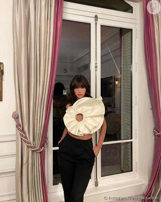 Bruna Marquezine usou top em formato de flor da estilista Magda Butrym e calça preta da marca Yves Saint Laurent