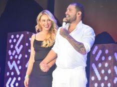 Paolla Oliveira surge no palco de Diogo Nogueira e os dois se beijam em frente à plateia. Saiba!