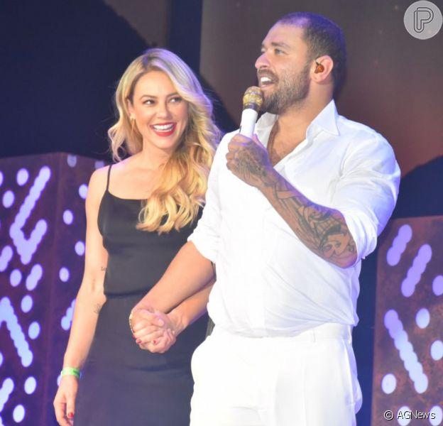 Paolla aparece no palco no show de Diogo Nogueira e os dois trocam beijos em frente à plateia