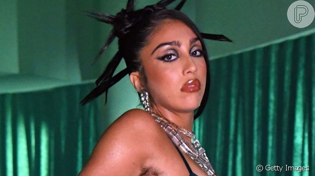 Maquiagem de festa: olho gráfico e boca nude inspirada em desfile