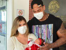 Lorena Improta e Leo Santana posam com Liz ao deixarem hospital com filha. Fotos!