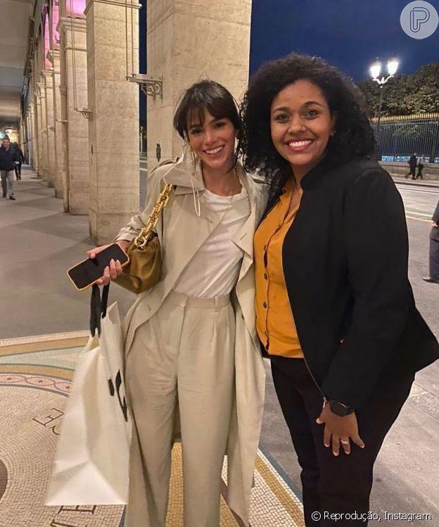 Bruna Marquezine usou bolsa feita de couro de bezerro em Paris