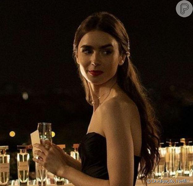 Penteados simples de 'Emily in Paris': atriz usa cabelo semi preso em cena da série