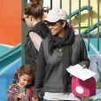 Halle Berry alegou que a filha, Nahla, sofrefira 'danos psicológicos' ao alisar os fios