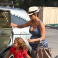 Halle Berry é sempre flagrada com a filha, Nahla, nas ruas de Los Angeles, nos Estados Unidos