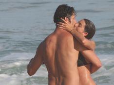 José Loreto e namorada trocam beijos apaixonados em praia após suposto término