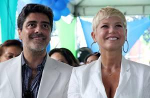 Xuxa usa decote e sandália em evento ao lado do namorado, Junno Andrade