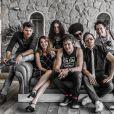 Nathalia, que é apontada como nova namorada de Sergio Guizé, posou com os integrantes da banda 'Tio Che'
