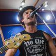Sergio Guizé, que é vocalista da banda, compôs uma música para o seu personagem, Caíque, em 'Alto Astral'
