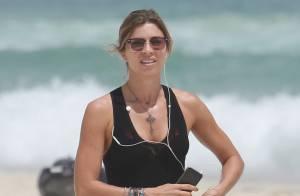 Grazi Massafera exibe pernas torneadas durante caminhada em praia no Rio