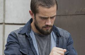 'Império': Vicente sai algemado de restaurante após denúncia de Enrico. Fotos!