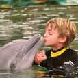 Olha que lindo o Noah nadando com um golfinho. Que fofo!