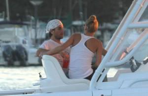 Enrique Iglesias e Anna Kournikova são flagrados em passeio de lancha em Miami