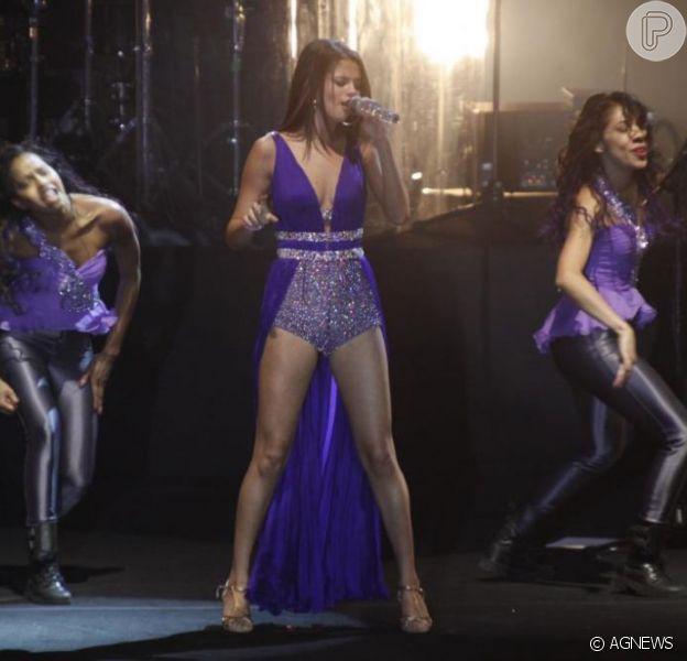 """Apresentação de Selena Gomez com a turnê 2012 """"We Own The Nigth"""" no HSBC Arena, no Rio de Janeio. Cantora e dançarinas em momento de performance"""