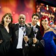 Colegas de 'Império', Drica Moraes, Aílton Graça, Chay Suede e Josie Pessoa celebram prêmios no palco do 'Domingão do Faustão'