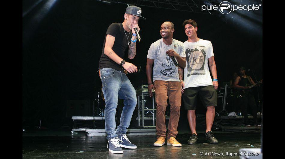 3ef18d4daac Neymar sobe no palco do show de Thiaguinho ao lado do surfista Gabriel  Medina
