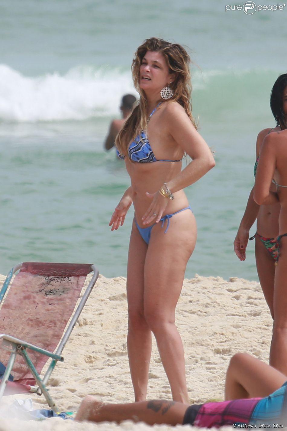 Cristiana Oliveira mostra boa forma na praia da Barra da Tijuca, Zona Oeste do Rio, nesta segunda-feira, 29 de dezembro de 2014