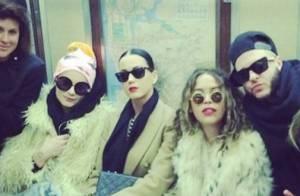Katy Perry anda de metrô com amigos antes de festa de Réveillon de Rita Ora