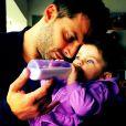 Além de carinhoso, Henri Castelli curte os cuidados que dá aos filhos