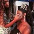 Antes de entrar em cena na novela 'Império', Cris Vianna deu um retoque na maquiagem