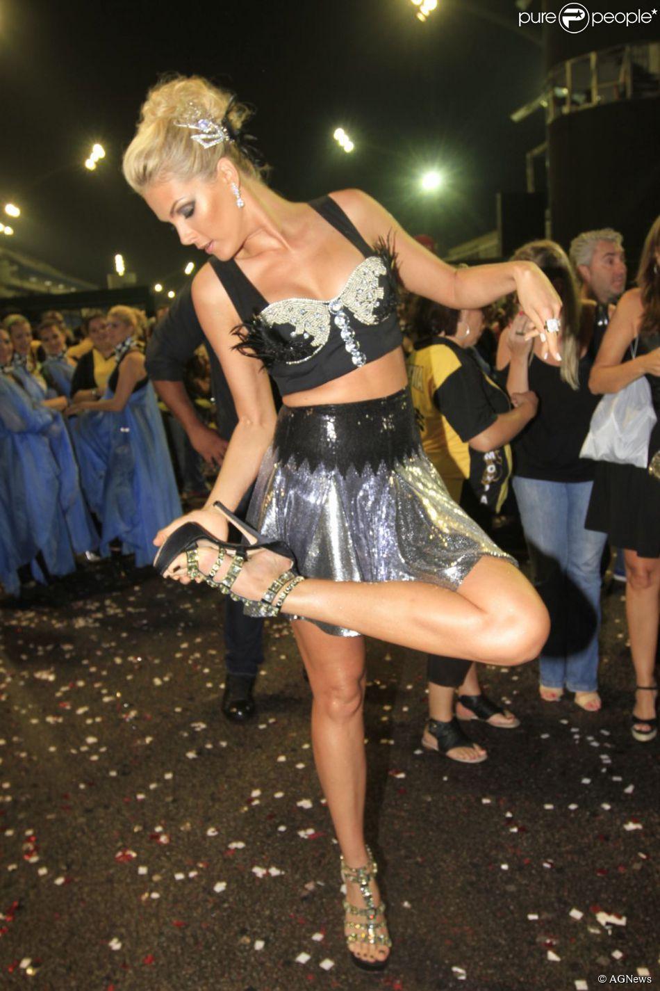 d5e724b912077 Ana Hickmann encomendou três sapatos iguais para evitar cair durante o  desfile da Vai Vai neste