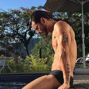 Namorado de Isis Valverde, Uriel Del Toro relaxa em piscina na casa da atriz