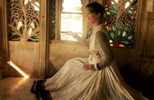Mariana Ximenes curte férias na Índia e posa com trajes típicos em palácio