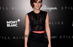 Kristen Stewart escolhe look transparente e deixa sutiã à mostra em pré-estreia