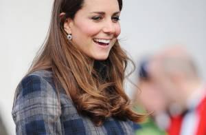 Grávida de seis meses, Kate Middleton esconde barriguinha em casaco na Escócia