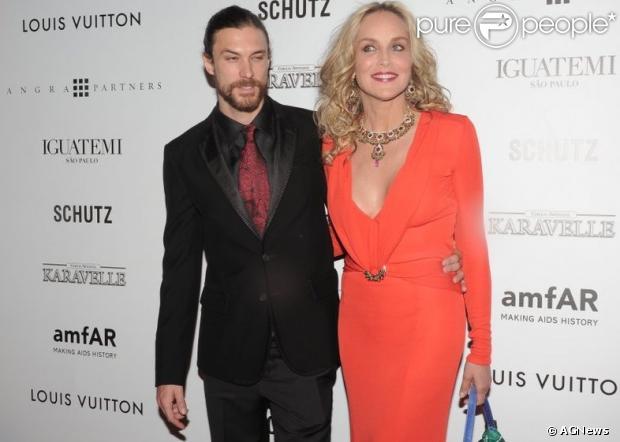 Sharon Stone chega com o namorado, o modelo Martin Mica, ao III Inspiration Gala São Paulo da amfAR, organizado na casa do empresário Dinho Diniz, em São Paulo, nesta sexta-feira, 5 de abril de 2013Sharon Stone chega ao