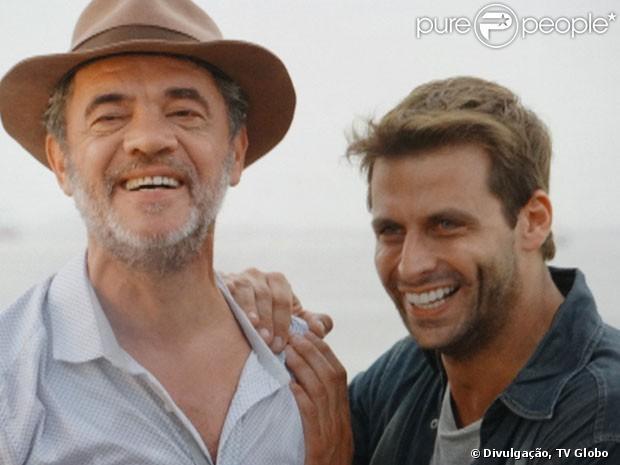 Após sete anos, Cassiano (Henri Castelli) consegue voltar para casa, acompanhado por Duque (Jean Pierre Noher), em 'Flor do Caribe', em 8 de abril de 2013