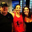 Glenda Kozlowski posa com o pai, Tony, e Ivete Sangalo