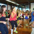 Ivete Sangalo e Glenda Kozlowski dançam em aula de zumba